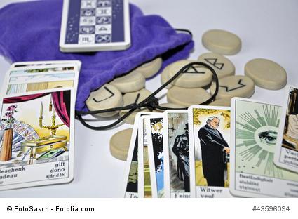 Runensteine und Taro Karten zum Hellsehen
